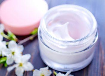 Anti-Falten-Cremes: Viele Wirkstoffe, verschiedene Wirkungsweisen
